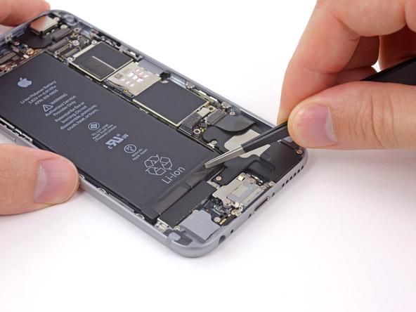 アイフォンの修理の様子