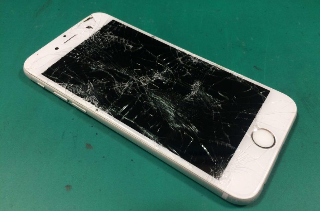 画面が割れているアイフォン