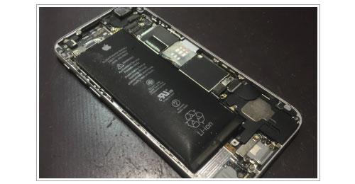 バッテリーが膨張しているアイフォン