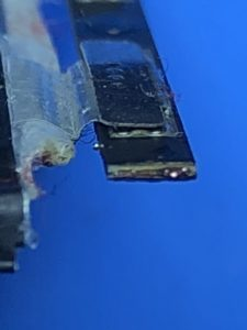 リサイクルバッテリーは純正品のケーブルを切断してあります。